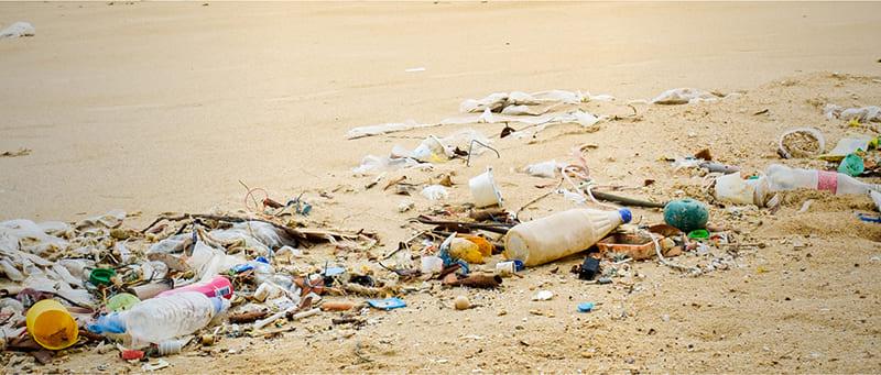 ごみだらけの砂浜